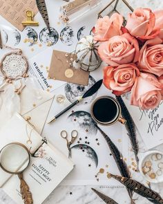 Fashion flatlay inspired by spring season Fred Instagram, Photo Instagram, Flat Lay Photography, Coffee Photography, Coffee And Books, Coffee Love, Android Ou Iphone, Flatlay Instagram, Book Flowers