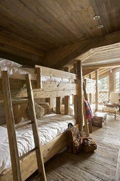 Un dortoir d'enfants au charme d'antan. Bois brut et simplicité sont ici de mise. Coussins, Winkler.