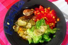 Perninhas de frango no forno com courgette, cebola e alecrim, acompanhado com arroz integral de cenoura, brócolos cozidos e salada de tomate, milho e beterraba