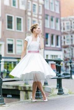 noni 2015 50s retro Brautkleid mit Petticoat und Bolerojäckchen mit Federnbestickung (www.noni-mode.de - Foto: Le Hai Linh)