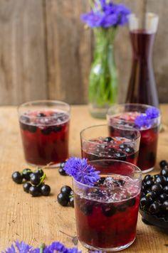 Drink mit schwarzen Johannisbeeren und Gin, Cocktailrezept,