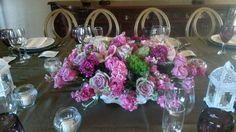Centro de mesa elegante con orquideas, alelis y rosas