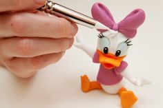 Daisy Duck by Diletta Contaldo Fondant Figures Tutorial, Cake Topper Tutorial, Fondant Cake Toppers, Fondant Cakes, Dessert Original, Fondant Animals, Fondant Decorations, Disney Cakes, Cake Decorating Tutorials