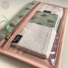 Kit escova com toalha Fabric Crafts, Sewing Crafts, Sewing Projects, Pochette Diy, Plastic Pouch, Cat Bag, Purse Organization, Zipper Bags, Knitted Bags