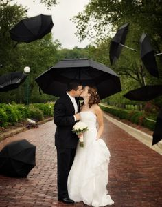 40 Exciting Rainy Wedding Photo Ideas | HappyWedd.com