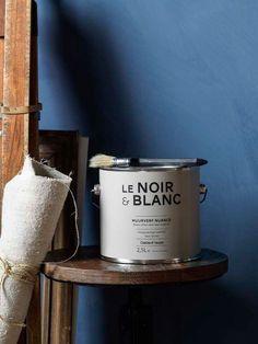 KARWEI | Deze matte diepblauwe muurverf kan door de authentieke uitstraling perfect worden gecombineerd met houten meubels en accenten.