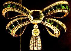 Laça    Origem:Portugal, 1ª metade do séc. XVIII  Materiais:Esmeraldas, Brilhantes, Ouro, Prata  Propriedade inicial de D. Mariana, irmá de D. Maria Pia