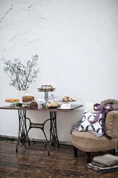Many of us have a vintage or even antique sewing machine in their home that is dusty and neglected. Here are 60 ideas to upcycle vintage sewing machines into various types of home decor accessories. Sewing Machine Tables, Antique Sewing Machines, Sewing Tables, Home Interior, Modern Interior Design, Recycled Furniture, Diy Furniture, Home Decor Accessories, Upcycled Vintage