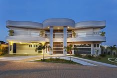 El arquitecto Aquiles Nicolas Kilaris de Brasil, añade emoción y estilo a sus diseños, como lo demuestra con este impresionante proyecto bautizado Casa Flora, con su líneas fluidas en la impresionante fachada, se convierte en un cuadro que representa un estilo de vida lleno de lujo. Nuestros expertos son maestros en su campo y se especializan en el uso de líneas onduladas que fluyen en el exterior y el interior para romper la monotonía de las líneas rectas. La apertura se fusiona con…