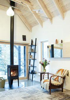 Wysoki sufit w salonie, drewniany sufit, styl skandynawski, aranżacja salonu. Zobacz więcej na: https://www.homify.pl/katalogi-inspiracji/32128/wysoki-sufit-6-przykladow-z-efektem-wow