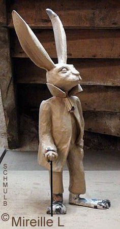 Statue en papier maché d'un lièvre humanisé