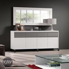Aparador de gran anchura ideal para guardar una gran cantidad de objetos para la mesa de comedor como la mantelería o la cubertería.