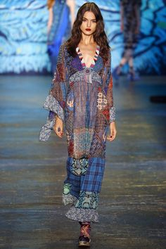 Catwalk photos and all the looks from Anna Sui Spring/Summer 2016 Ready-To-Wear New York Fashion Week New York Fashion, Latest Fashion Trends, Runway Fashion, Boho Fashion, Spring Fashion, High Fashion, Fashion Show, Fashion Design, Fashion Prints