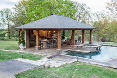 Zona de churrasqueira o de bar junto a piscina. Precioso