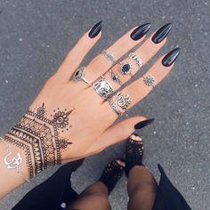 Gorgeous Hand Tattoos & Nail Style In 2020 Henna Tattoo Designs Simple, Henna Designs, Nail Designs, Stylish Nails, Trendy Nails, Finger Tattoos, Body Art Tattoos, Tatoos, Wrist Tattoos