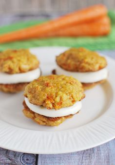 Carrot Cake Whoopie Pies are soft carrot cookies with a cream cheese filling. Fun Desserts, Delicious Desserts, Dessert Recipes, Yummy Food, Baking Recipes, Cookie Recipes, Carrot Cake Cookies, Cupcakes, Easter Recipes