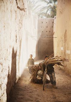 thegiftsoflife: Life in the erfoud kasbah of maadid - This is morocco! People Around The World, Around The Worlds, In This World, Marrakech Travel, Destinations, Shadow Silhouette, Desert Fashion, Anthropology, World Cultures