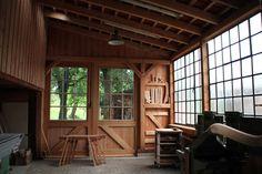 Fachwerk-Schuppen: Der Innenraum der Werkstatt mit Blick in den Garten
