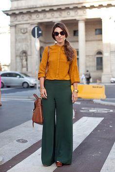 Comfy Blouse And Pants Work Outfits Ideas 28 - Work Outfits Women Green Pants Outfit, Bluse Outfit, Outfits Pantalon Verde, Trouser Outfits, Fall Fashion Trends, Autumn Fashion, Milan Fashion, Street Fashion, Office Fashion