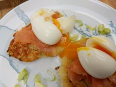 Potato cakes with smoked salmon - World Food Tour Butter Salmon, Hollandaise Sauce, Potato Cakes, Food Words, Just Cooking, Smoked Salmon, Grand Prix, Sour Cream, Brunch