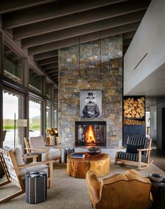 A Montana ranch house embraces its striking river valley location. (Image Courtesy of Suyama Peterson Deguchi Architects) Montana Ranch, Montana Homes, Home Interior Design, Interior And Exterior, Design Rustique, Architecture, Living Spaces, Living Rooms, Decoration