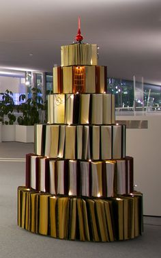 Book Tree at the EPFL Library in the Rolex Learning Center in Switzerland. Photo by Thomas Guignard. Book Christmas Tree, Book Tree, Xmas Tree, Christmas Presents, Merry Christmas, Library Displays, Library Books, Library Ideas, Learning Centers