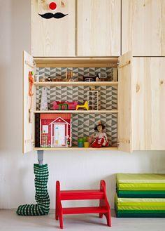Armoires murales IKEA. L'une d'elles est ouverte et sert de maison de poupées. IVAR
