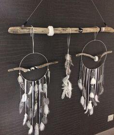 Une sublime suspension ou tête de lit en bois flotté et fausse fourrure avec attrapes-rêves réalisé entièrement à la main à partir de pièces de bois flotté et de plumes e - 17901187