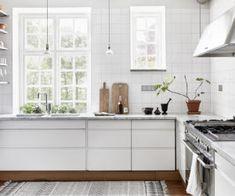 Köksinspiration: Ett modernt, ljust kök med vita, släta luckor, marmorbänk – Fantastic Frank – Husligheter