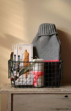Cesta de alambre con bolsa de agua caliente, galletas y vela.  63,50€