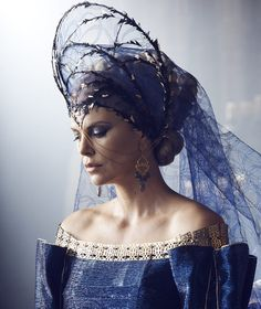 Charlize Theron as Queen Ravenna, in the blue funeral gown and headdress The Huntsman: Winter's War Costumes by Colleen Atwood Charlize Theron, Fascinator Wedding, Queen Ravenna, Colleen Atwood, Eiko Ishioka, Dark Queen, Red Queen, Queen Crown, Fantasy Costumes