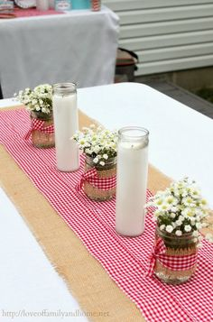 Gingham table runner: perfect for a summer party table set up
