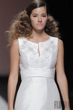Cymbeline 2015 collection - Bridal - http://www.flip-zone.net/fashion/bridal/the-bride/cymbeline-4740