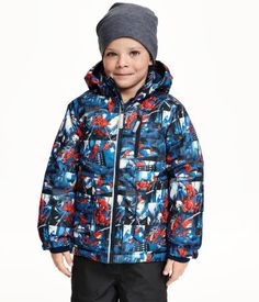 Lightly padded, patterned jacket in waterproof, breathable, functional fabric with a detachable lined hood. Zip at front, chest pocket with zip, and front pockets with flap and fastener. Elastication and inner ribbing with thumbholes at cuffs, concealed elastic drawstring at hem, and reflective details. Lined partly in fleece. Fluorocarbon-free, water-repellent fabric coating.