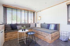 De Land lodge woonkamer! Wat vinden jullie van deze hippe woonkamer? #STOERbuiten #Italië #Frankrijk #Zeeland #glamping #interieur #woonkamer #decoratie #genieten Outdoor Sectional, Sectional Sofa, Couch, Outdoor Furniture Sets, Outdoor Decor, Mobile Home, Lodges, Glamping, Tiny House