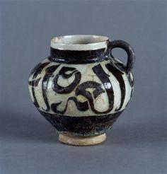 Pichet à décor épigraphique, Iran, Fin du 12e - début du 13e siècle. Photo (C)…