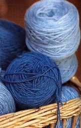 Gomitoli di lana  tinta col guado