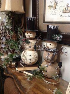 Snowmen with burlap - Salvabrani Christmas Craft Projects, Christmas Gift Decorations, Diy Christmas Gifts, Christmas Snowman, Rustic Christmas, Winter Christmas, Holiday Crafts, Christmas Ornaments, Natal Diy