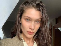 Iconic Brunette Bella Hadid Just Went Back To Her Natural Hair Colour - Blonde Style Bella Hadid, Bella Hadid Hair, Bella Hadid No Makeup, No Makeup Selfies, No Makeup Models, Nars Sheer Glow Foundation, Peinados Pin Up, Natural Beauty Tips, Belle