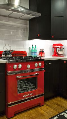 Cool Retro Black, White & Red Kitchen. The Big Chill Cherry Red Retro Range with white knobs looks incredible in this kitchen. #Retro #BigChill