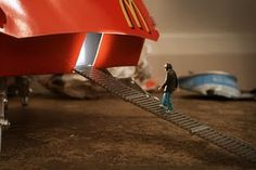 """Meet Me at Mike's pointed out the awesome work of Little People - a tiny street art project. Slinkachu makes """"little hand painted people, left in London Small World, London City, Photo Projects, Art Projects, Diorama, Minis, Miniature Calendar, Foto Fun, Miniature Photography"""