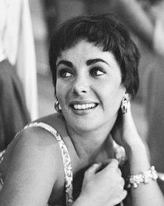 damelizabeth:  Elizabeth Taylor photographed by Phil Stern, 1954.