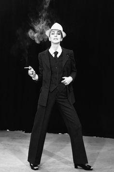 Americana gris. Yves Saint Laurent descubrió el esmóquin para mujer en los años 70 y nosotras nos rendimos al poder que confiere un buen traje. Busca una americana gris que se inspire en la sastrería tradicional masculina y utilízala siempre que quieras impresionar.