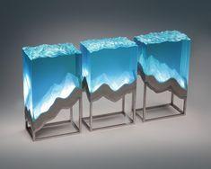 Ben Young cam levhaları parlak heykeller haline dönüştürmek için enfes manuel teknikler kullanara farklı eserler oluşturuyor.Profesyonel bir tekne üreticisi olan Young okyanustan büyük ölçüde etkilenmektedir.