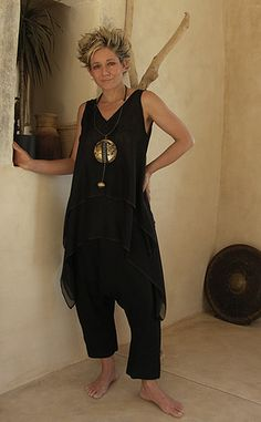 Top made of double veil of silk harem pants in black linen/viscose. Necklace: Hammered oxidized brass disk, patinated with gold leaf and ashes, paper, calligraphy, rubber neck.
