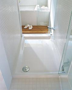 In acrilico sanitario, il piatto doccia da appoggio Stark di Duravit ha lo scarico di Ø 90 mm; nella misura 100 x 80 cm