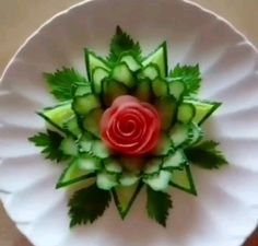 Standard Leaf Structure Learners start by Understanding simple chopping procedures, creating a essential leaf from cucumber. Vegetable Decoration, Food Decoration, Food Crafts, Diy Food, Food Design, Fancy Food Presentation, Deco Fruit, Amazing Food Art, Creative Food Art