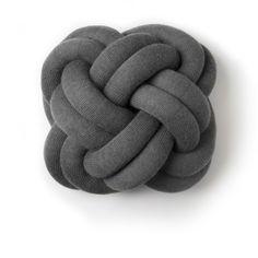 Coussin Noeud Gris - Inspiré des noeuds réalisés par les scouts, ce coussin design révèle une forme atypique et malléable qui invite autant à l'expérience visuelle que tactile. Cette curieuse création, faite de tubes en tissu rembourrés, ponctuera votre intérieur d'un moelleux étonnant et d'une touche de couleur. À poser sur un canapé ou sur un lit, ce coussin mise sur la surprise et le confort : c'est un accessoire décoratif efficace dans l'habitat contemporain !