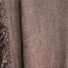 Kuschelig weicher und warmer Schal in Braun - auf verschiedene Arten tragbar.  Größe: 125x220cm Big Scarves, Scarves, Get Tan