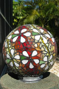 How to make concrete mosaic garden art ball www.c How to make concrete mosaic garden art Mosaic Garden Art, Mosaic Art, Mosaic Glass, Glass Art, Stained Glass, Mosaic Mirrors, Mosaic Bowling Ball, Bowling Ball Art, Mosaic Crafts